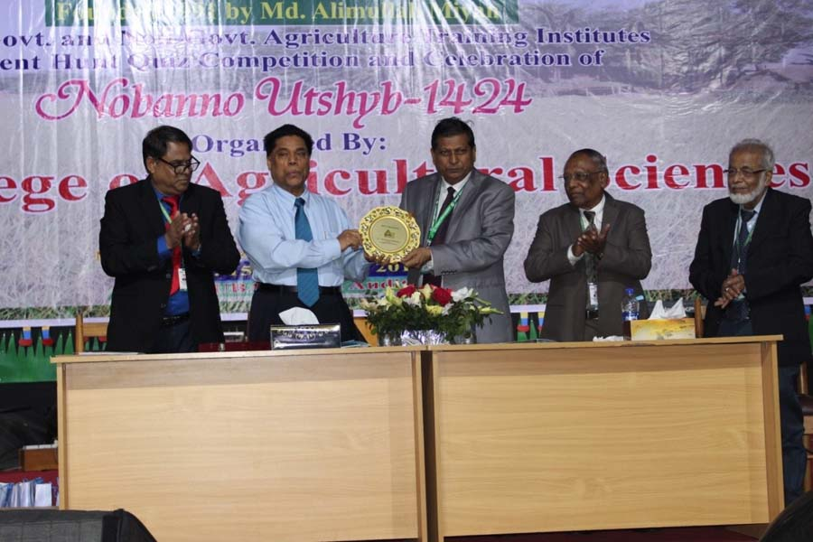Chief Guest handover the crest to the Vice-Chancellor of IUBAT